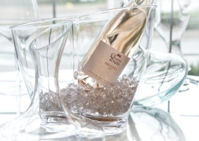 bouteille de rosé des quatre tours dans un seau a glacon transparent