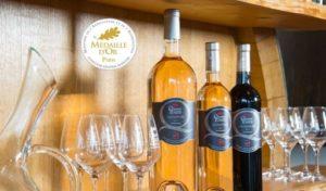 presentoir de bouteilles des quatre tours avec verres gravés